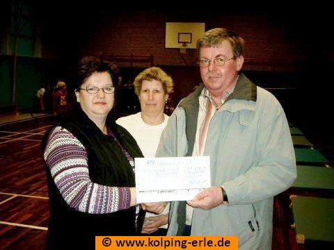 Das Bild zeigt Personen bei der Scheckübergabe