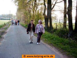 Das Bild zeigt zwei weibliche Personen beim Wandern