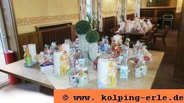 Tisch mit Tombolapreisen