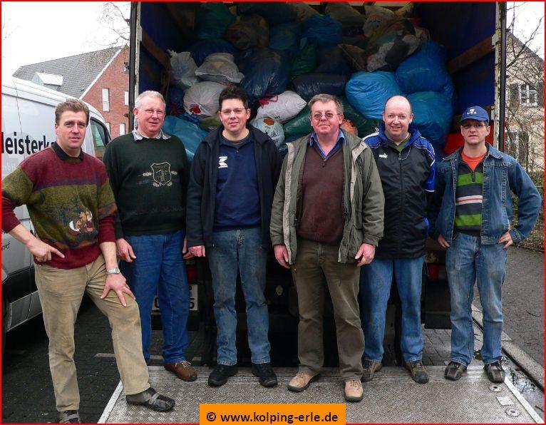Das Bild zeigt Personen vor einem Altkleider-LKW