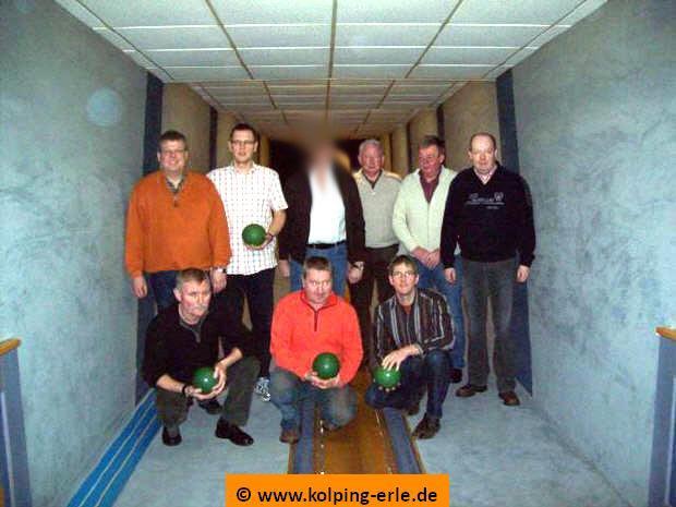 Das Bild zeigt die Herrenmannschaft von 2010  der Kolpingsfamilie-Erle auf der Kegelbahn beim Bezirkskegeln der Kolpingfamilien des Bezirks Borken.
