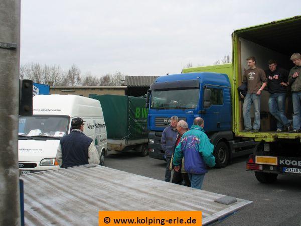 Das Bild zeigt Personen und LKW's