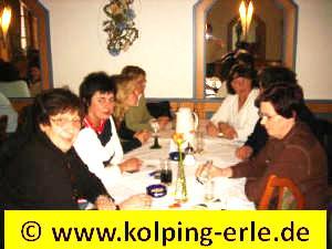 Das Bild zeigt die Damenmannschaft bei Kaffee, Kuchen und anderen Getränken