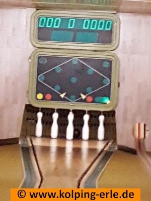 Das Bild zeigt auf einer Kegelbahn aufgestellte Kegel und die Trefferanzige