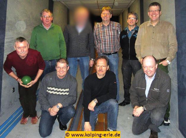 Das Bild zeigt die Männermannschaft der Kolpgsfamilie-Erle auf der Kegelbahn
