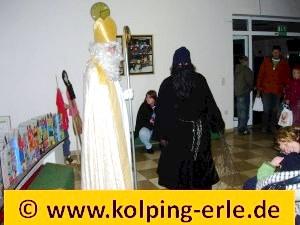 Das Bild zeigt den Nikolaus und den Knecht Ruprecht Im Durchgang der Silvesterschule