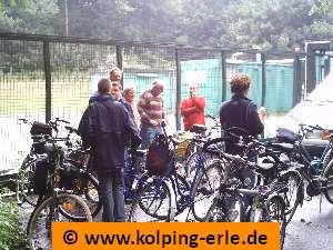 Das Bild zeigt eine Radfahrergruppe mit ihren Rädern