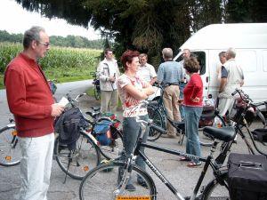 Das Bild zeigt Fahrradfahrer bei der Etappenpause