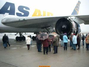 Das Bild zeigt ein beschädigtes Flugzeug
