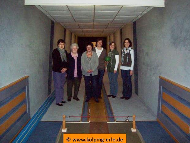 Das Bild zeigt die Damenmannschaft 2011 der Kolpingsfamilie-Erle auf der Kegelbahn