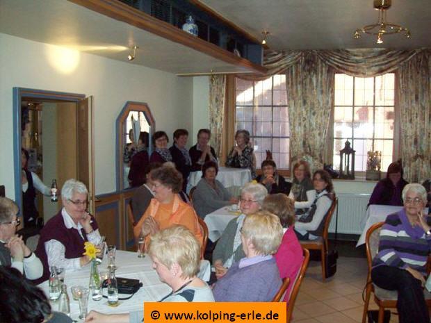 Das Bild zeigt einen Blick in den Raum, in dem die Kolpingsfrauen bei Gesprächen und Kaffee und Kuchen warten.