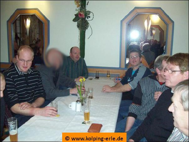 Das Bild zeigt die Herrenmannschaft der Kolpingsfmilie-Erle beim Warten im Gastraum