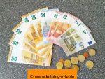 Das Bild zeigt Geldscheine und Münzen
