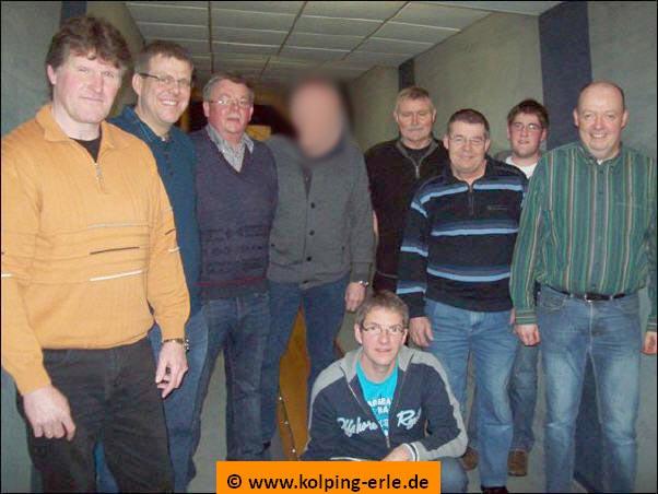 Das Bild zeigt die Herrenmannschaft der Kolpingsfamilie-Erle auf der Kegelbahn