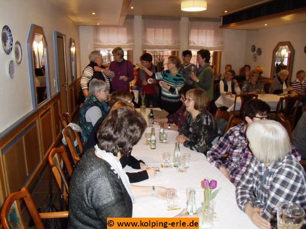 Das Bild zeigt Damen verschiedener Kolpingsfamilien in einem Raum