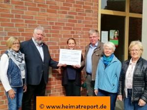 Das Bild zeigt Vertreter der Erler Gruppen und Vereine bei der Übergabe eines Spendenscheck
